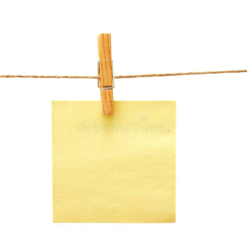 Incarti con la spina di vestiti sopra bianco immagini stock libere da diritti