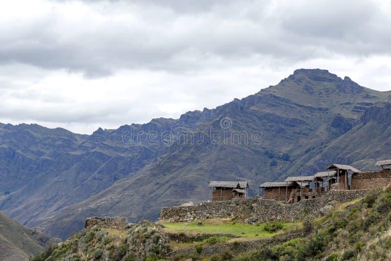 Incaruïnes in de archeologische plaats van Pisac die door de groene Peruviaanse bergen van de Andes, Heilige vallei van Incas, Pe royalty-vrije stock fotografie