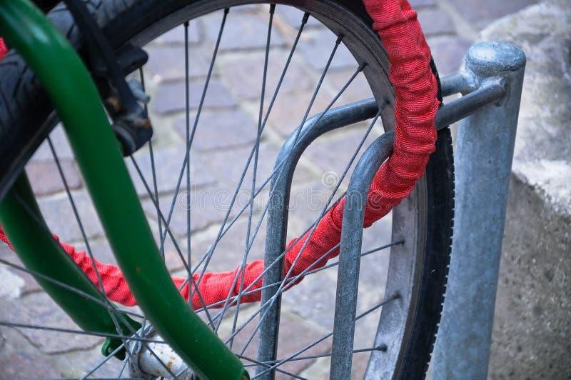 Incateni che servire per legare la bicicletta allo scaffale della bici fotografia stock libera da diritti