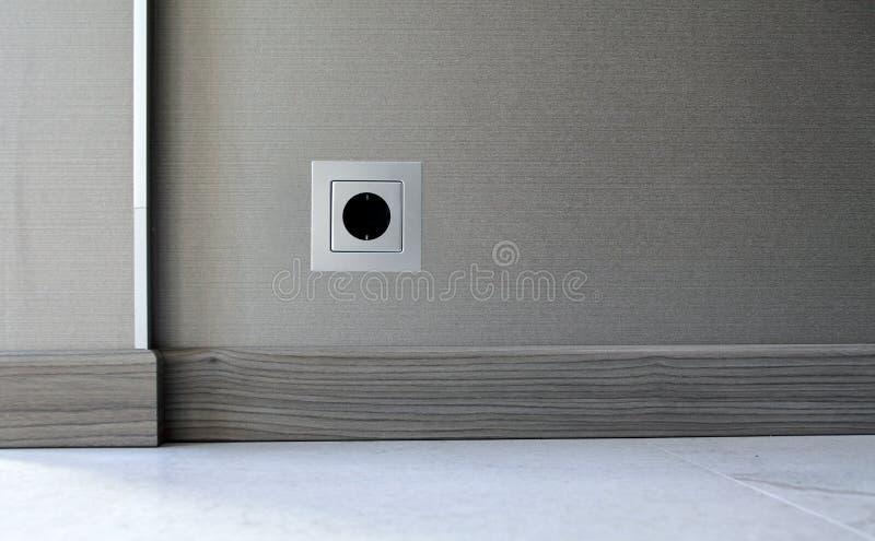 Incavo di potere di elettricità sul fondo della parete fotografia stock
