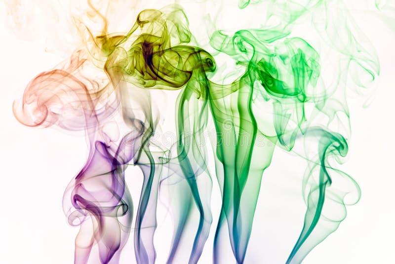 incence棍子五颜六色的烟被隔绝在白色背景 免版税库存照片