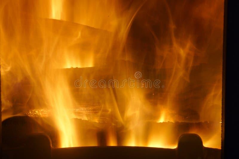 Incendie Bois brûlant dans la cheminée Incendie lumineux photos stock