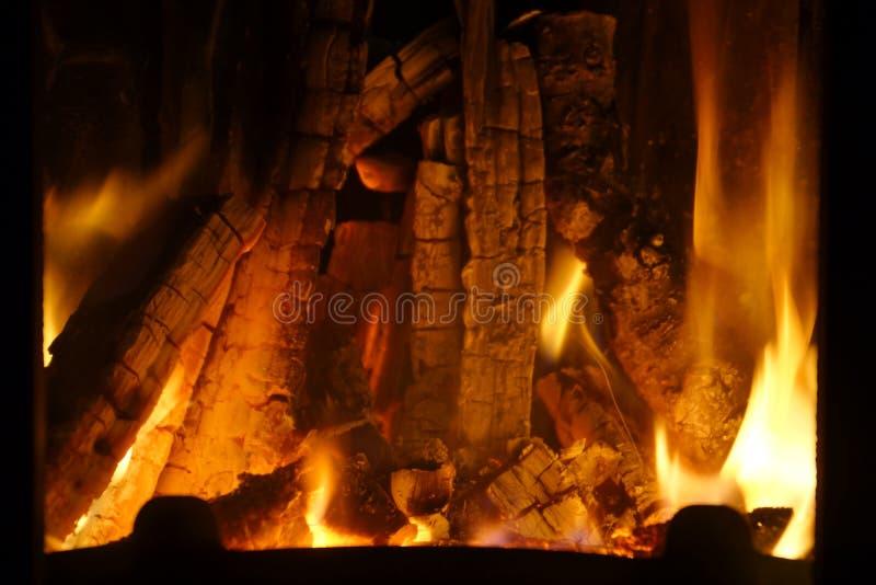 Incendie Bois brûlant dans la cheminée Incendie lumineux photo libre de droits