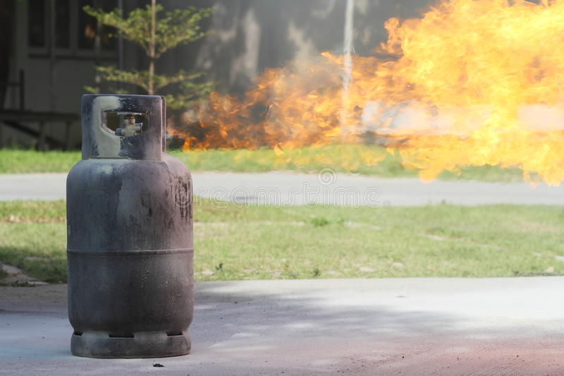 Incendie brûlant au-dessus du conteneur de gaz photos stock