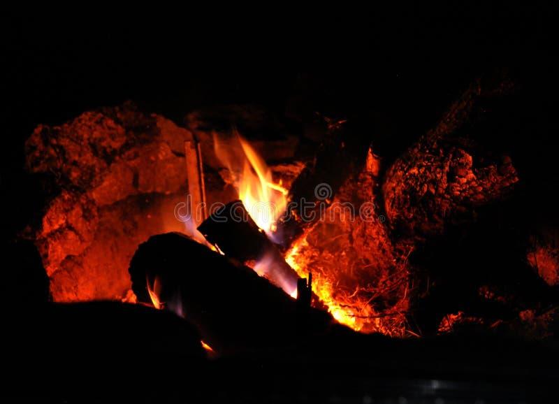 Incendie brûlant dans la cheminée image libre de droits