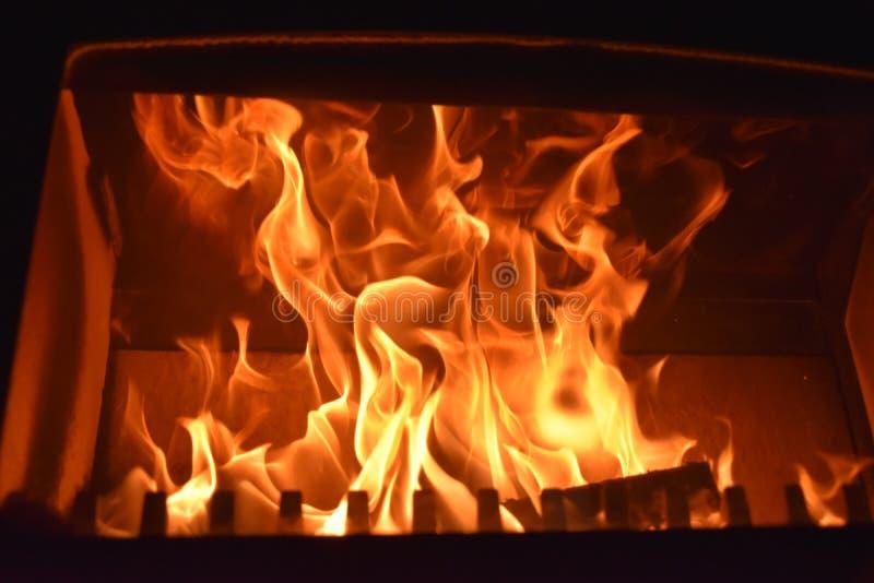 Incendie brûlant dans la cheminée poêles photo libre de droits