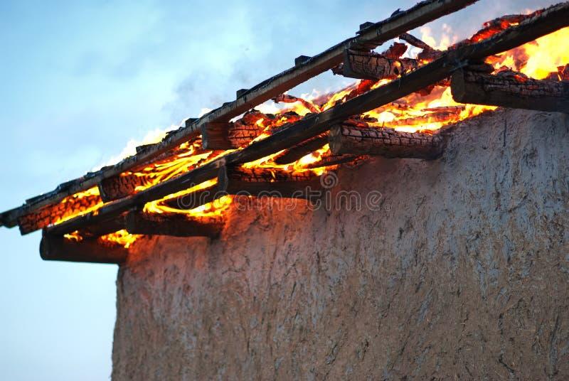 Incendie dans un détail abandonné de maison images stock