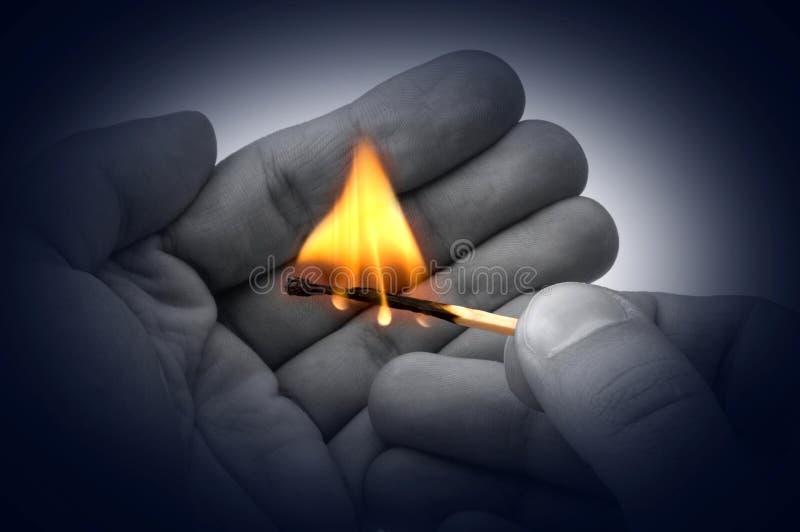 Incendie de fixation dans des mains images libres de droits