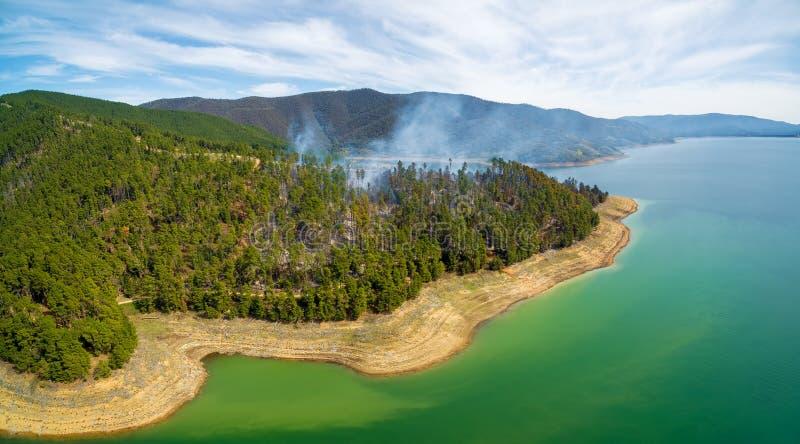 Incendie de forêt sur des rivages de réservoir de Blowering photographie stock libre de droits