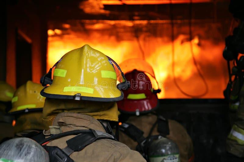 Incendie de structure de sapeurs-pompiers images libres de droits
