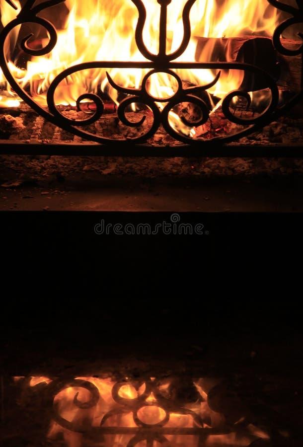 Incendio con scintille in un caminetto fotografia stock libera da diritti