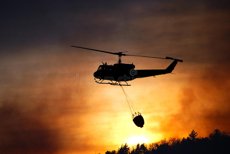 Incendio forestal de la lucha del helicóptero en New Jersey imagen de archivo libre de regalías