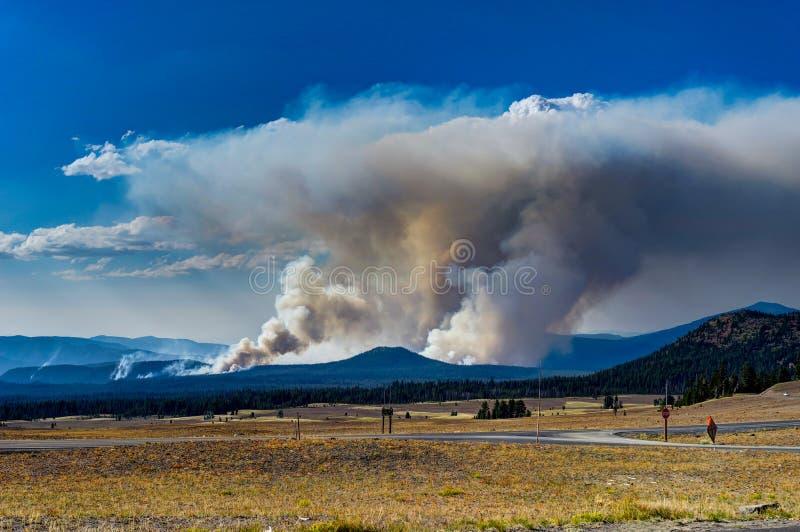 Incendio violento Crescent Fire nel parco nazionale del lago crater nell'ONU dell'Oregon fotografia stock