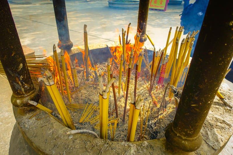 Incense el área en Pin de Ngong, isla de Lantau para que los visitantes rueguen en Po Lin Monastery, isla de Lantau en Hong Kong imagenes de archivo
