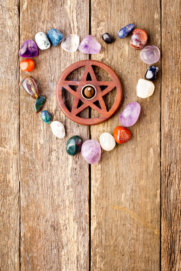 Incense el burning en hornilla de madera del pentagram con los cristales adentro oyen foto de archivo libre de regalías