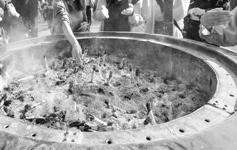 Incense i bastoni e la vasca di lavaggio nel tempio di Senso-ji del distretto di Asakusa di Tokyo, Giappone fotografia stock libera da diritti