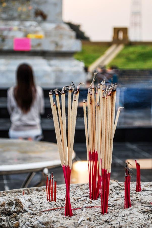 Incense los palillos en la hornilla de incienso en el templo fotos de archivo