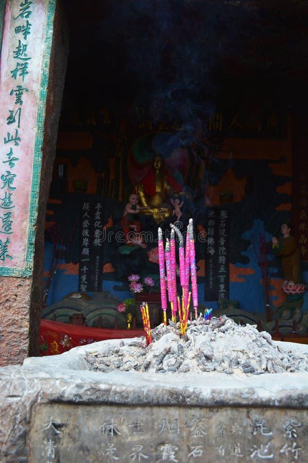 Incense los palillos en la hornilla de incienso en el templo imagen de archivo