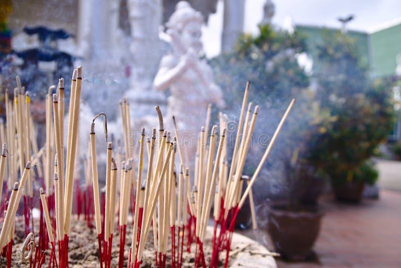 Incense a vara na vara branca do incenso que flutua ao redor imagens de stock royalty free