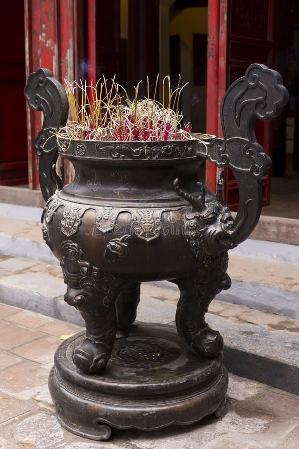 Incense varas no queimador de incenso de bronze intrincadamente decorado imagens de stock royalty free