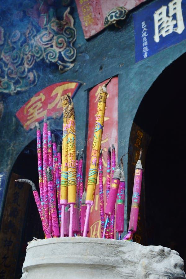 Incense varas no queimador de incenso no templo fotografia de stock royalty free