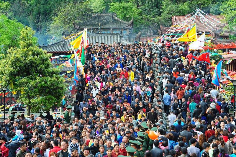 Incenso ardente dos povos no templo foto de stock