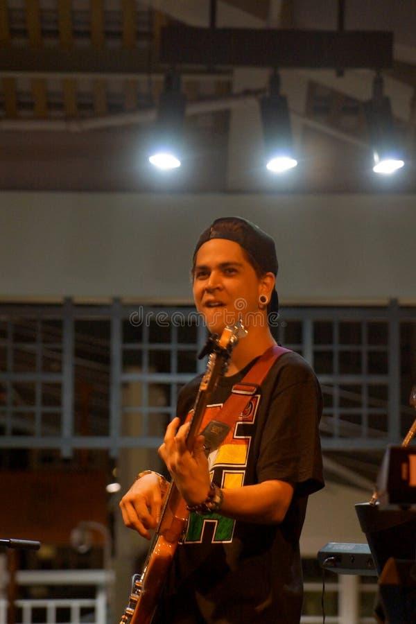 Inceppamenti del giocatore di chitarra di Peni Dean in scena a Mai Tai Bar fotografia stock