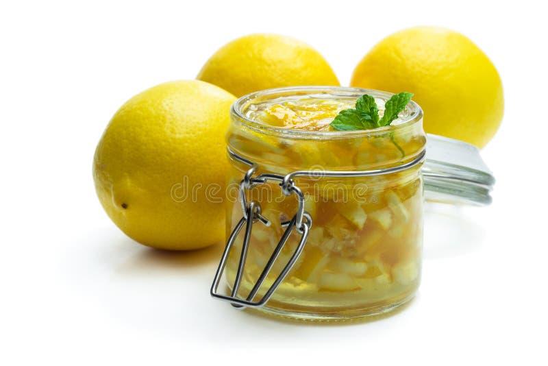 Inceppamento del limone in barattolo di vetro isolato su bianco fotografia stock