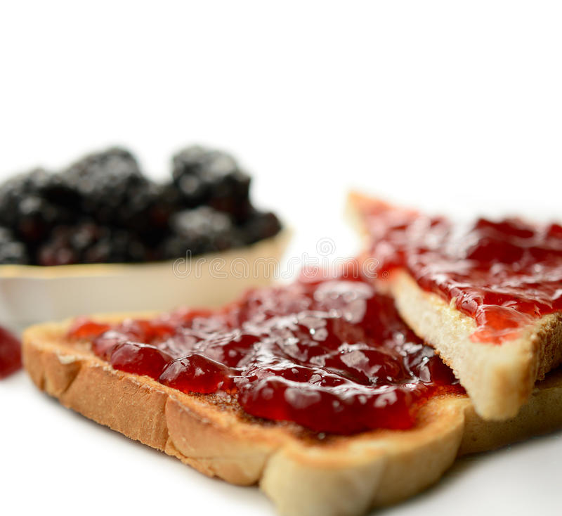 Inceppamento di fragola su pane tostato fotografie stock libere da diritti
