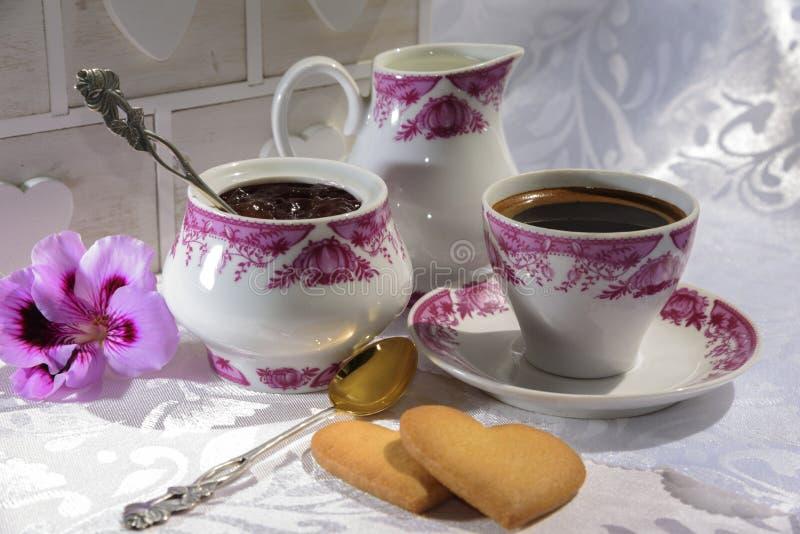 Inceppi dai petali rosa, dal caffè e dalla crema fotografia stock libera da diritti