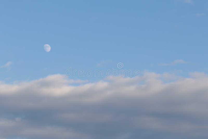 Inceratura della fase Gibbous della luna nella sera mentre il Sun è ancora fuori immagini stock libere da diritti