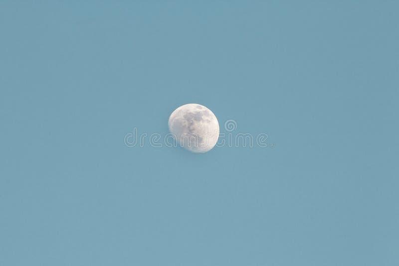 Inceratura della luna Gibbous di giorno fotografia stock libera da diritti