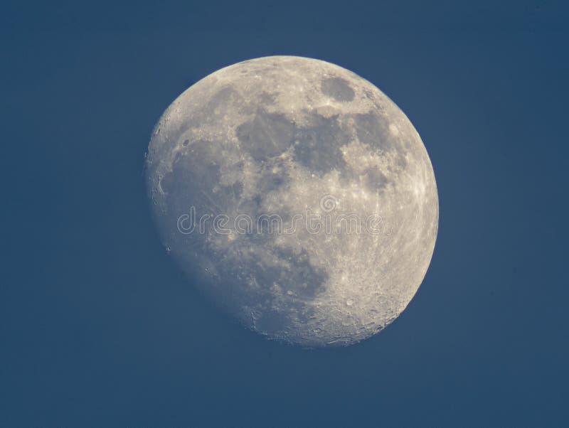 Inceratura della luna Gibbous, il tempo prima della luna piena immagine stock
