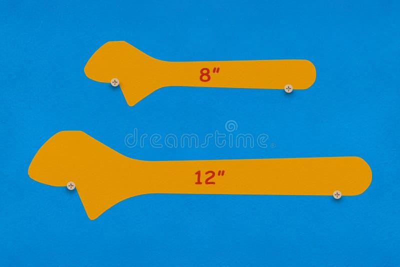 8-inch och 12 tum skiftnycklar skuggar brädet royaltyfri foto