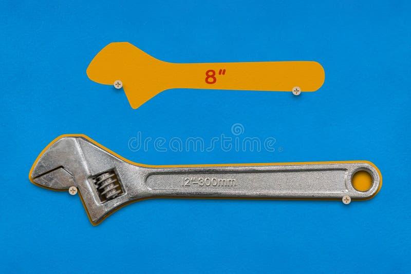 8-inch och 12 tum skiftnycklar skuggar brädet arkivbilder