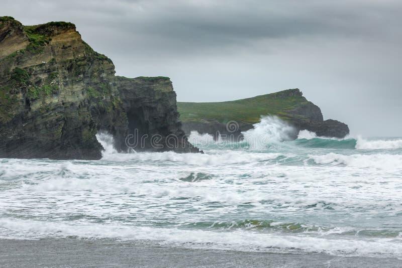 Inchamento do promontório, praia de Whipsiderry, Porth, Newquay, Cornualha imagens de stock royalty free