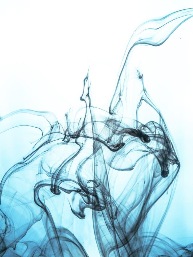 Inchiostri il turbinio in un'acqua sul fondo di colore La spruzzata della pittura nell'acqua Diffusione morbida goccioline di inc immagine stock