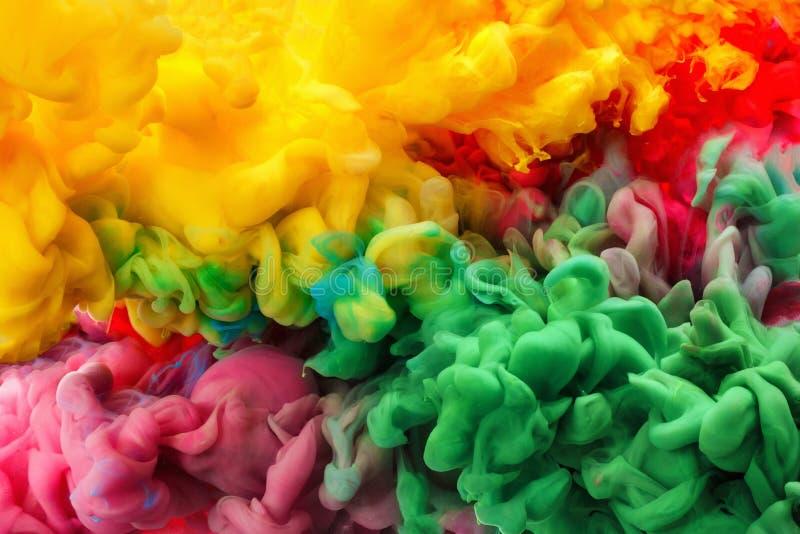 Inchiostro acrilico variopinto in acqua isolata sottragga la priorità bassa Esplosione di colore immagini stock