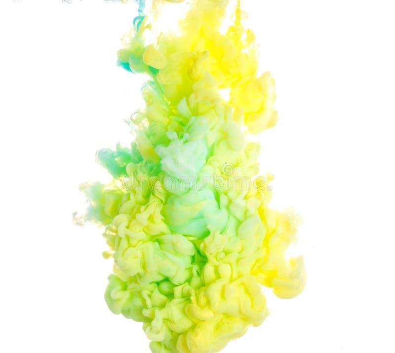 inchiostro Colori acrilici gialli, blu e verdi Inchiostro che turbina in acqua Esplosione di colore fotografia stock