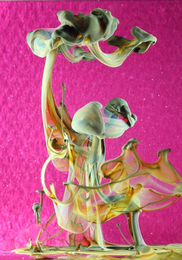 Inchiostro di Disolving sul colore rosa immagine stock