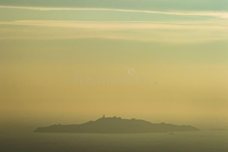 Inchkeitheiland in Firth van vooruit op een mistige dag stock foto