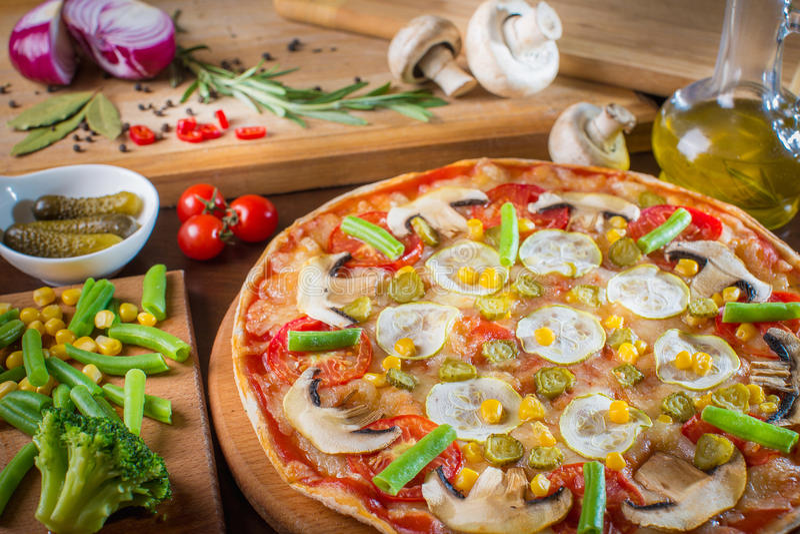 Incida la pizza fresca deliziosa delle fette con i funghi e il peppero fotografie stock libere da diritti