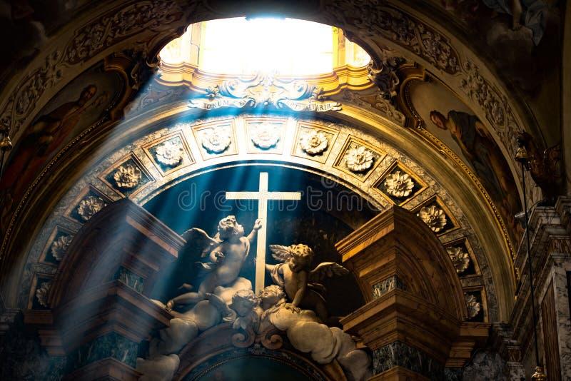 Incidencia ligera - cruz de la tenencia de los ángeles, Bolonia de la catedral fotos de archivo libres de regalías