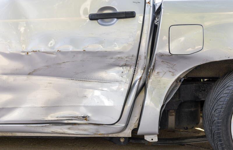 Incidente stradale Accanto al colore grigio chiaro selezioni sull'automobile hanno graffio da danno Graffio alto vicino immagine stock