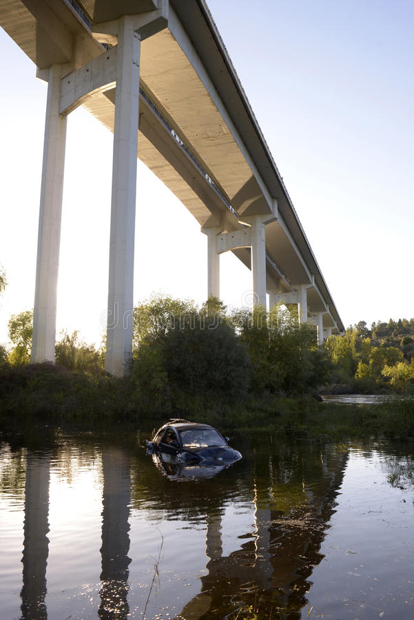 Incidente stradale sullo stagno, ponte stradale immagini stock