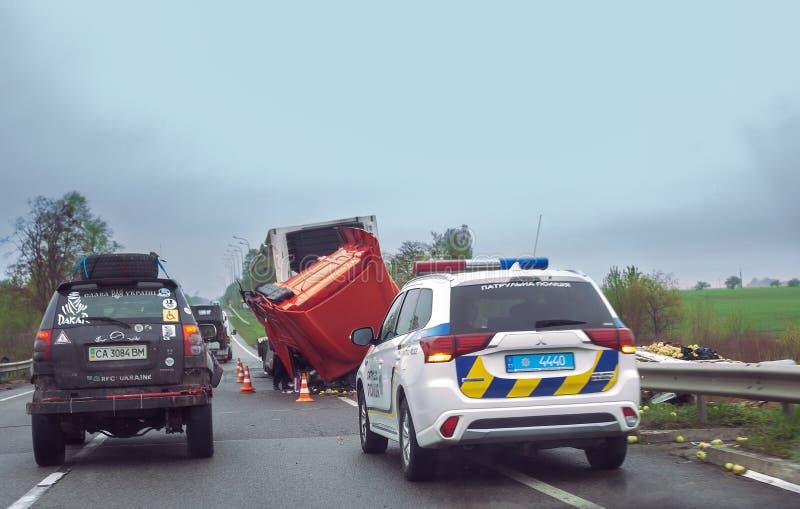 Incidente sulla strada principale Camion capovolto e volante della polizia immagini stock