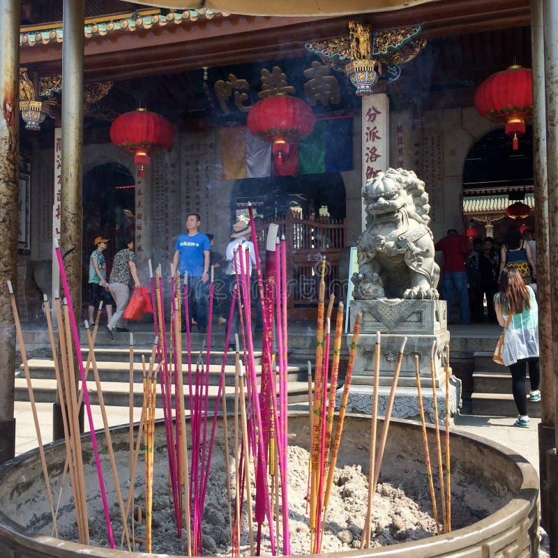 Incienso colorido en una hornilla delante del templo budista de Nanputuo en la ciudad de Xiamen, China imagen de archivo libre de regalías