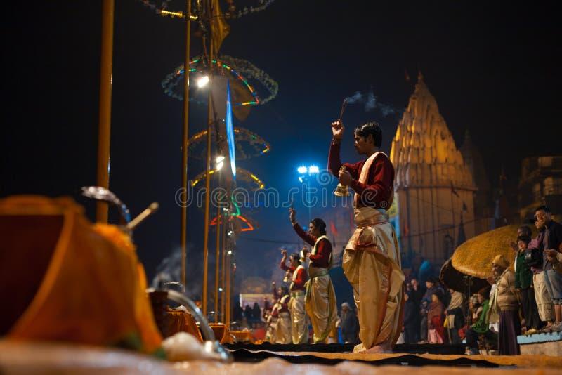 Incienso de la cara del sacerdote del Brahmin del rezo de la noche de Varanasi imagenes de archivo