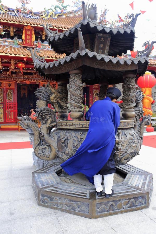 Incienso de la quemadura de los sacerdotes del Taoist imagen de archivo