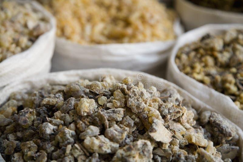 Incienso de los UAE Dubai y otras especias para la venta en el souq de la especia en Deira fotos de archivo